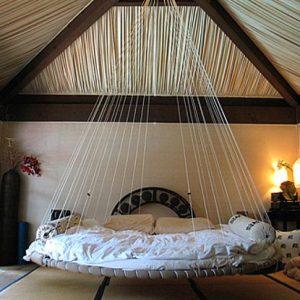 Подвесная кровать к потолку